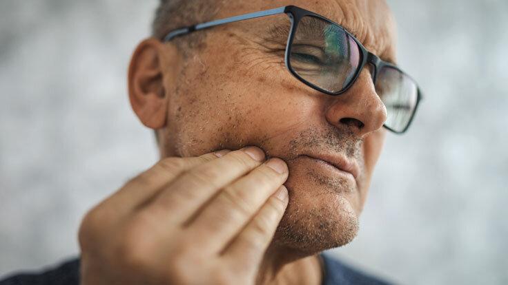 Mann mit Phantomschmerzen nach einer Zahnentfernung.