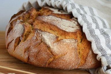 Der Brotlaib bleibt länger frisch, wenn man ihn in einem Brotbeutel aufbewahrt, die beste Lösung ist dies jedoch nicht.