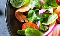 Bunter Salat mit Tomaten und Zwiebeln