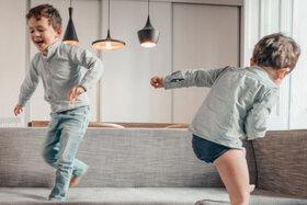 Kinder springen auf Couch