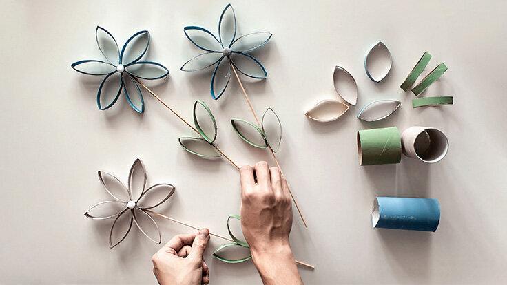 Blumen aus alten Klopapierrollen.