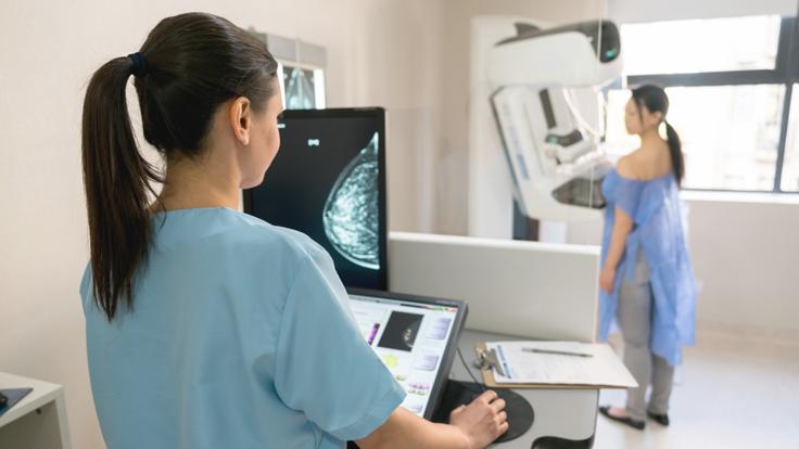 Eine Frau unterzieht sich zur Früherkennung von Krebs einer Mammographie.