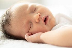 Baby schläft sicher im eigenen Bett
