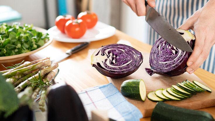 Rotkohl und Zucchini  werden geschnitten, sie enthalten wertvolle Bitterstoffe.
