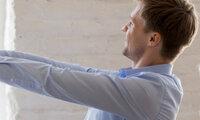 Körperhaltung: Mann streckt seine Arme vor sich aus.