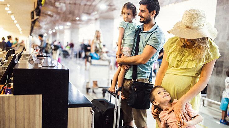 Wartende Familie am Terminal