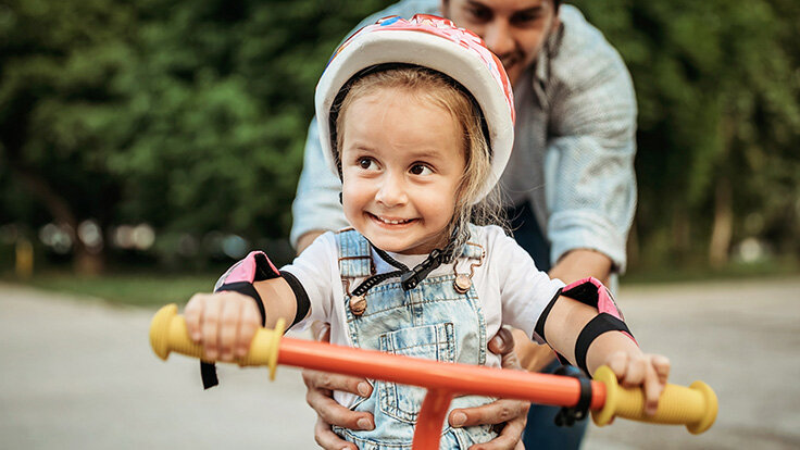 Kleines Mädchen lernt Fahrradfahren