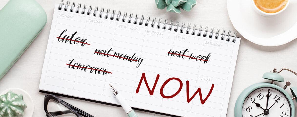 Kalender mit Büro-Dingen zur Präkrastination