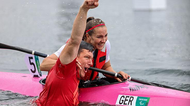 Edina Müller mit ihrem Trainer direkt nach dem gewonnenen Rennen bei den paralympischen Spiele in Tokyo 2021.