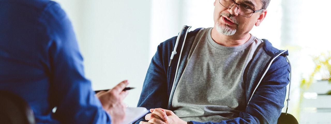 Ein Mann bespricht sich mit seinem Urologen.