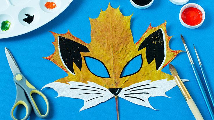 Fuchs-Maske auf Ahornblatt gemalt.