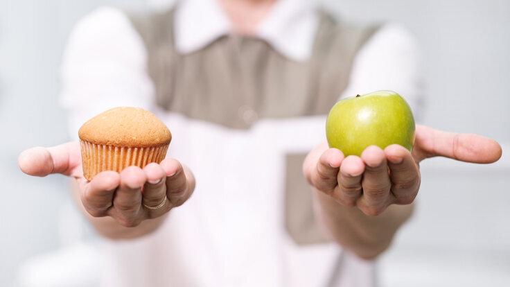 Apfel statt Muffin: Bei Snacks zwischendurch lieber auf gesunde Alternativen zurückgreifen.