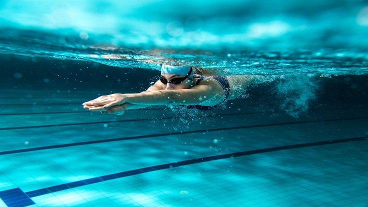 Eine Frau taucht beim Schwimmen unter Wasser.