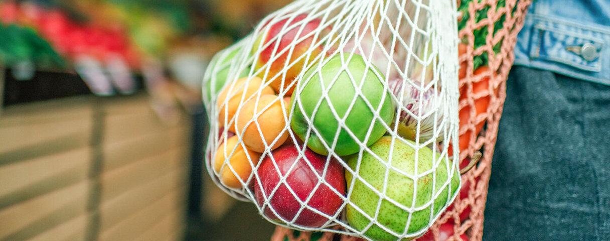 Buntes Obst in einem Einkaufsnetz.