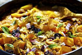 Kürbis, Pflaumen und Zwiebeln im Ofen gegart und in einer ofenfesten Auflaufform angerichtet.