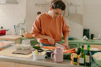 Frau kocht ihr Essen selbst.