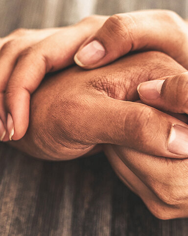 Zwei Hände halten eine dritte