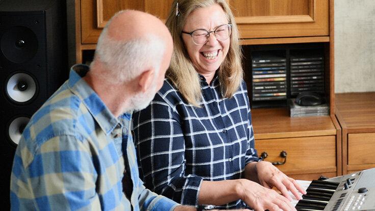 Ein älteres Paar musiziert gemeinsam und empfindet große Freude