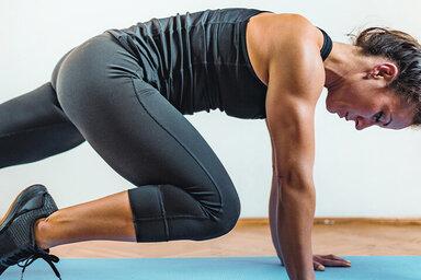 Frau trainiert mit dem HIIT-System, sprich High Intensity Intervall Training.