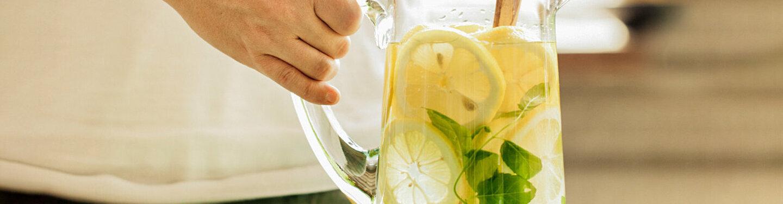 Gesunder Durstlöscher: Infused-Water-Rezept mit Zitrone und Minze