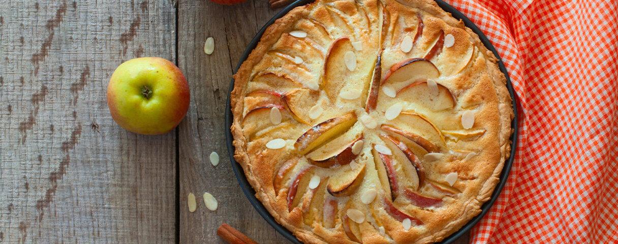 Diese Apfeltarte schmeckt dank natürlicher Dattelsüße auch ohne herkömmlichen Haushaltszucker.