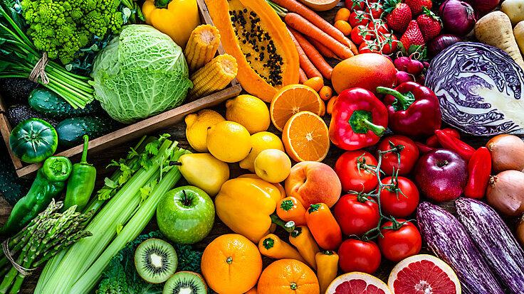 Buntes Obst und Gemüse liegen zusammen.
