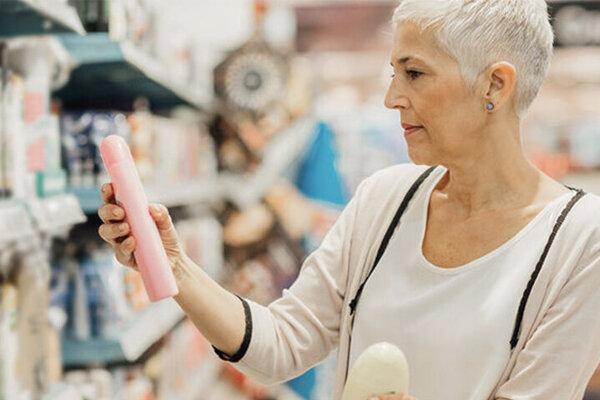 Frau achtet beim Kauf von Duschgel auf Mikroplastik