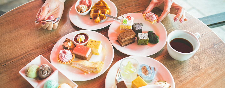 Frau mit Binge Eating ist zu viele Süßigkeiten.