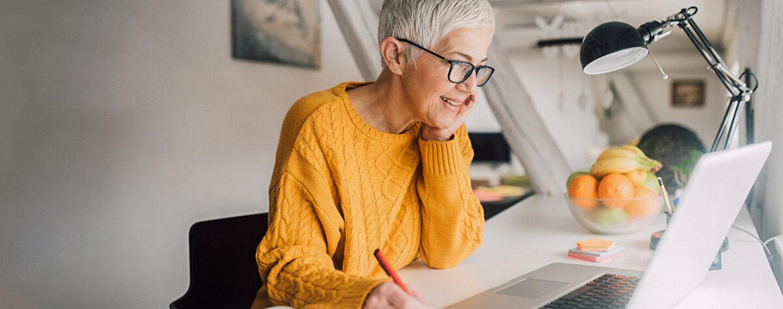 Eine Frau arbeitet im Homeoffice am Laptop.