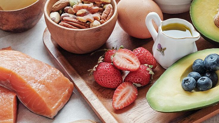 Lachs, Avocado und Nüsse gehören als Zutaten zur Atkins-Diät - hier auf einem Tablett serviert.