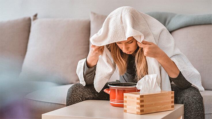 Frau bekämpft ihre Nasenspraysucht, indem sie regelmäßig inhaliert.