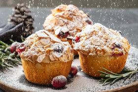 Mandel-Muffins im Weihnachts-Setting.