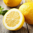 halbierte Zitrone auf Holztisch