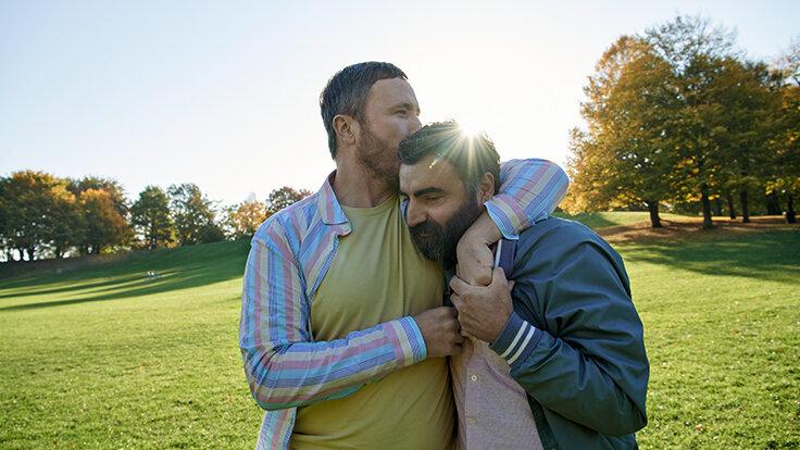 Das Verliebtsein lässt sich auch in Beziehungen wieder auffrischen: Gemeinsame Interessen und das einander Zuhören können die Liebe wieder aufleben lassen.