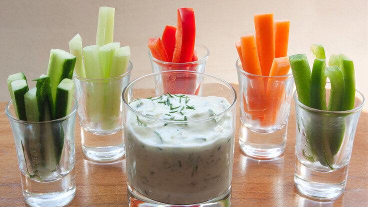 Gemüsesticks und Quark in Gläsern serviert sind ein toller Low-Carb-Snack.