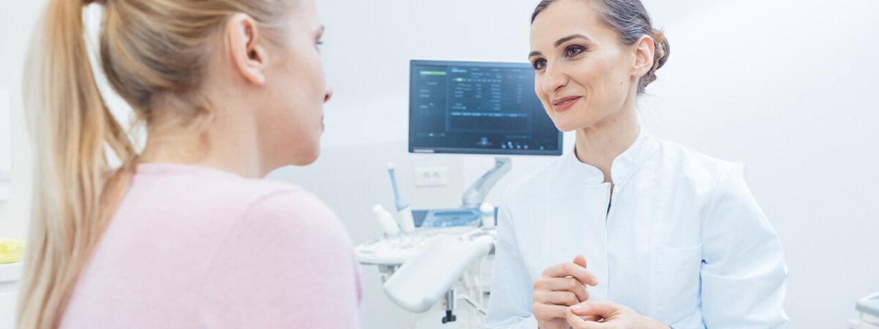 Frauenärztin beantwortet Patientin ihre Fragen