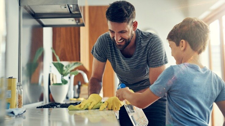 Mann und Kind putzen mit nachhaltigen Putzmitteln.