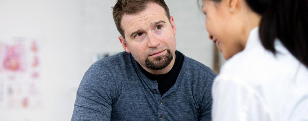 Ein Mann besucht aufgrund der Prostatakrebsvorsorgeuntersuchung seine Urologin.