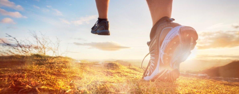 Ein Mann beim Laufen im Gebirge