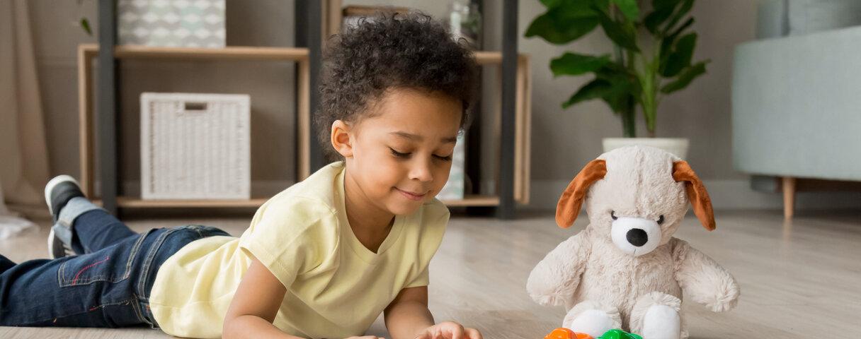 Kind spielt mit einem imaginärem Freund.