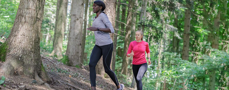 Frauen beim Trailrunning im Wald