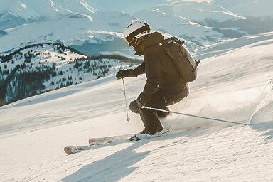 Person beim Skifahren.