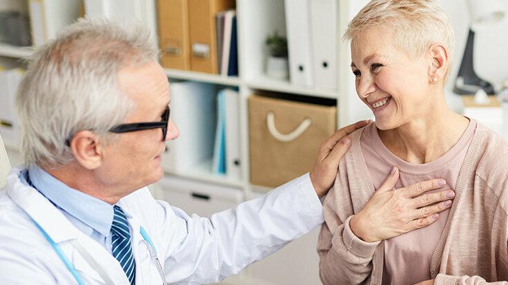 Arzt spricht mit älterer Patientin.
