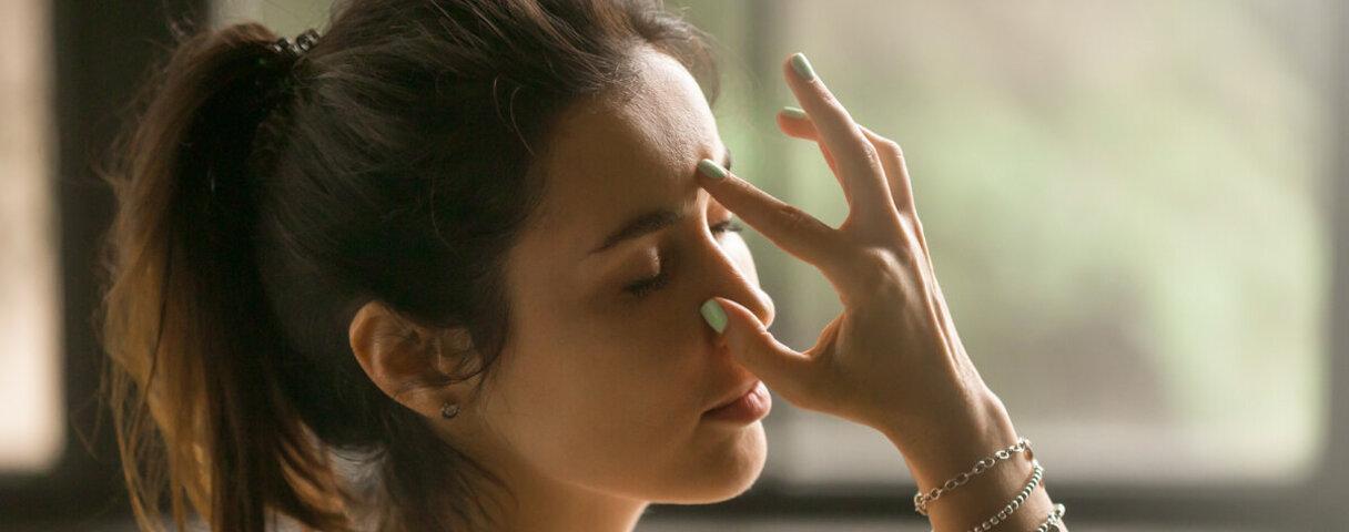 Gesichtsyoga trainiert die Muskeln im Gesicht und kann so zu einer strafferen Haut beitragen.