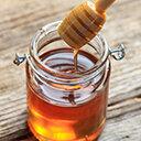 Honig im Glas mit Honiglöffel