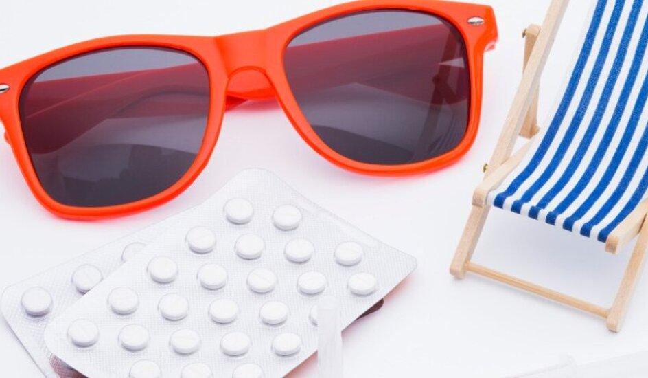 Reiseimpfung, Liegestuhl und Sonnenbrille