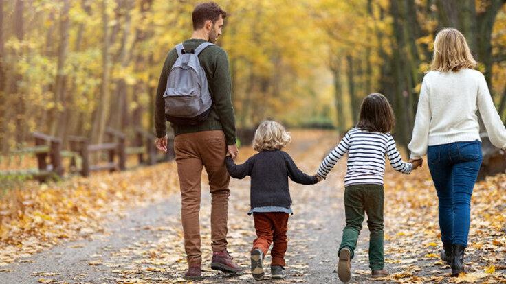 Familie geht 10.000 Schritte am Tag.