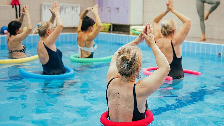 Eine Gruppe macht im Wasser Aquafitness, denn Schwimmen und Co. ist gesund.