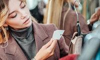 Eine Frau betrachtet ein Etikett.