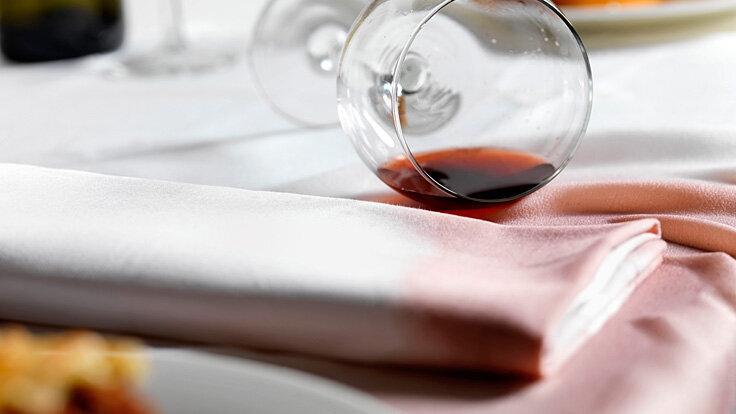 Ein Rotweinglas ist umgekippt.